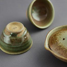 Kame-Ishi: Teeschalen und Kanne von NARIEDA Shinichiro